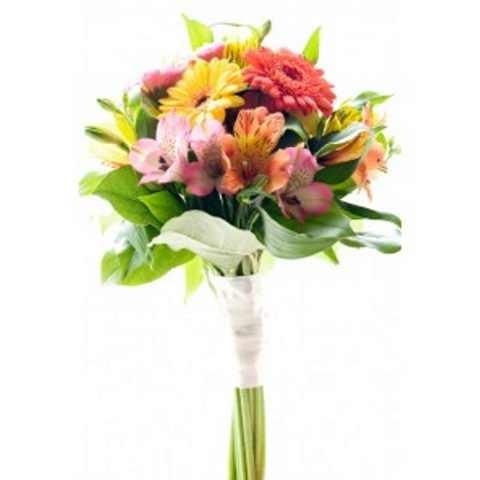 Аккуратный букет из ярких цветов. Стебли перевязаны красивой лентой на манер свадебного букета, от этого подчеркнута длина цветов (у них длинные ноги). гербера -5 шт., альстромерия -8 шт., салал